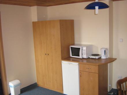 Podkrovní pokoj s okny do dvora