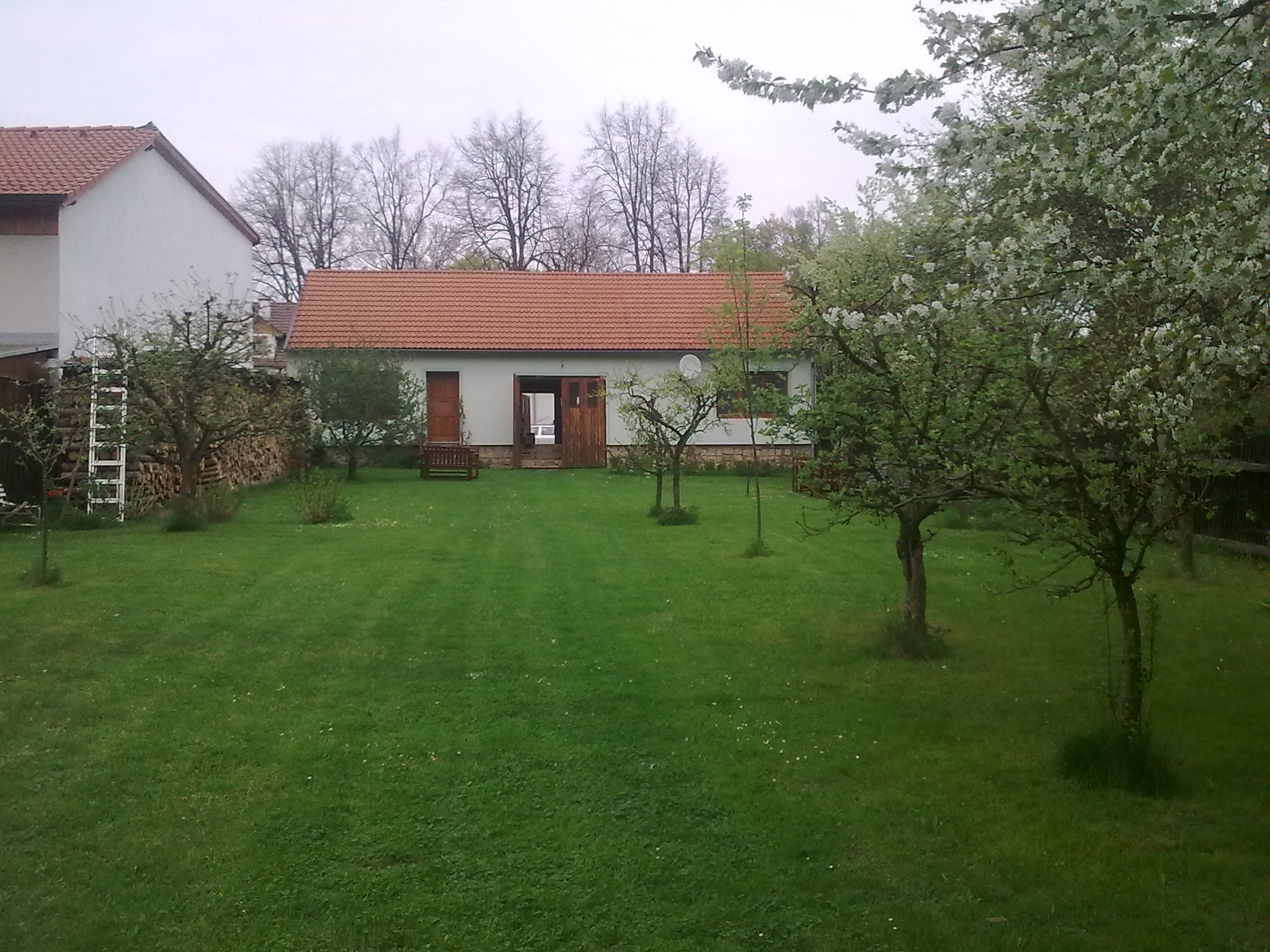 Pohled na zahradní domek s pokoji