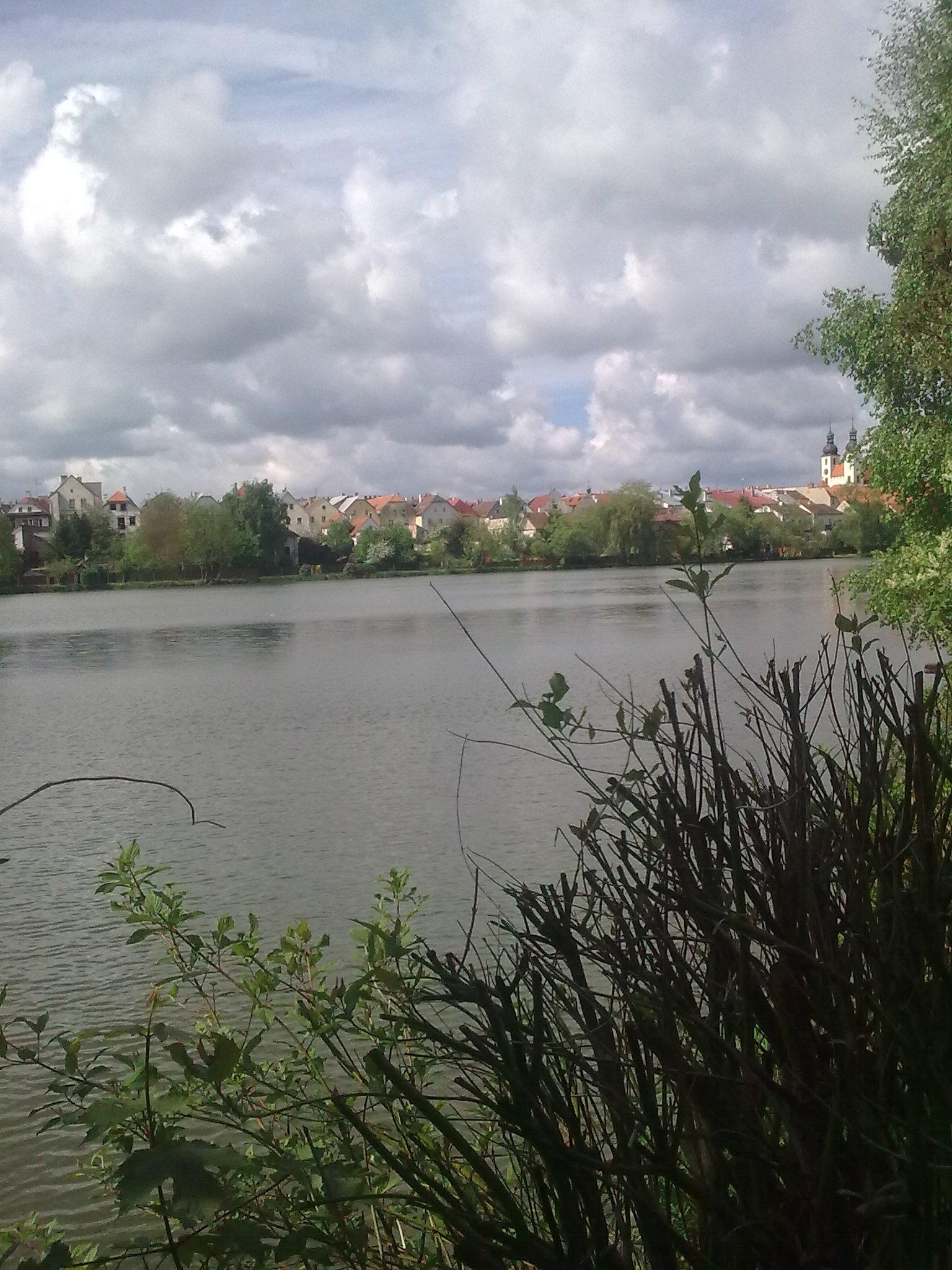 Pohled ze zahrady na rybník a město